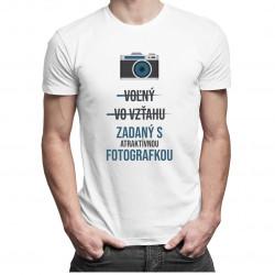 Voľný - Vo vzťahu - Zadaný s atraktívnou fotografkou - pánske tričko s potlačou