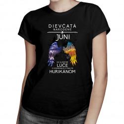 Dievčatá narodené v júni sú slnečné lúče v kombinácii s malým hurikánom - dámske tričko s potlačou